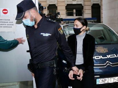 Alejandra, la mujer declarada culpable del asesinato de Dominique, a su entrada en el Juzgado de Instrucción número 2 de Elda, Alicante, el pasado 16 de noviembre.