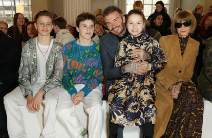David Beckham con tres de sus hijos: Harper, Romeo y Cruz, al lado de la editora Anna Wintour en el desfile de Victoria Beckham en Londres, el pasado febrero.