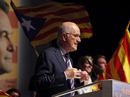 El cabeza de lista de CiU al Congreso, Josep Antoni Duran Lleida, durante su intervención en el mitin que el partido ha celebrado hoy en el Teatre Kursaal de Manresa.