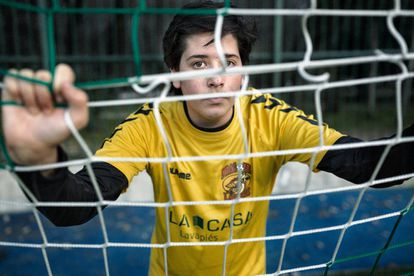 Ángel Berrocal durante un entrenamiento en el Centro Deportivo Municipal La Chopera, en el Retiro. Hasta allí se desplazan los Dragones una vez por semana para disfrutar de la sensación de jugar en un campo de césped.