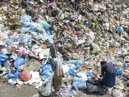 Ciudadanos indios rebuscan en un vertedero de plástico este martes, Día Mundial del Medio Ambiente centrado en este residuo.