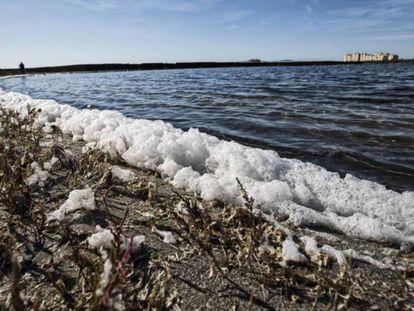 La lucha contra la contaminación de los mares que rodean España es una de las previsibles prioridades del plan nacional de ODS. En la imagen, el Mar Menor en 2016. Foto: CARLOS ROSILLO/EL PAÍS.