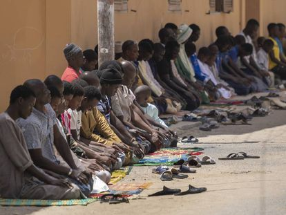 Varias personas rezan durante el viernes de Ramadán en Saint Louis (Senegal).