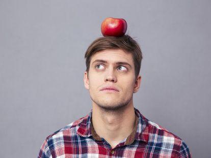 ¿Importa lo que comemos para el envejecimiendo de nuestra mente? Sin duda, sí. La epidemióloga y nutricionista Martha Clare Morris ha comprobado que la llamada dieta MIND es muy útil para la memoria. No solo reduce la incidencia de alzhéimer y mejora la memoria y las funciones cognitivas; también alarga la vida, ayuda a bajar de peso y reduce el riesgo de enfermedades cardiovasculares. Las siglas MIND significan Mediterranean-DASH Diet Intervention for Neurodegenerative Delay, es decir, describen una dieta que conjuga la mediterránea y la DASH (por sus siglas inglés Dietary Approaches to Stop Hypertension, cuyo objetivo es bajar la hipertensión) para retardar la aparición de trastornos neurodegenerativos. Afirma que hay que evitar al máximo las carnes rojas, la mantequilla y margarina, el queso, bollería industrial, fritos y comida basura. Estos son los 10 alimentos especialmente recomendados para el cerebro: