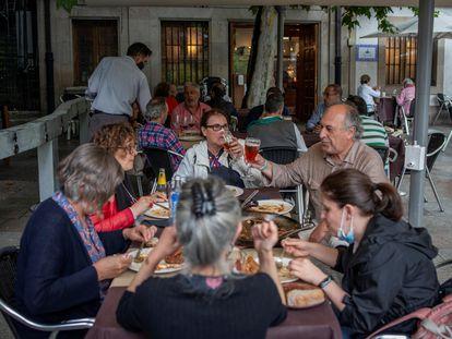 Un grupo de personas come en la terraza de un restaurante de Ourense, el miércoles.