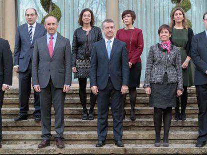 El Gobierno de Iñigo Urkullu, el primero de Euskadi completamente paritario entre los titulares de sus consejerías, posa en las escaleras de Ajuria Enea con el lehendakari en su presentación en diciembre pasado.