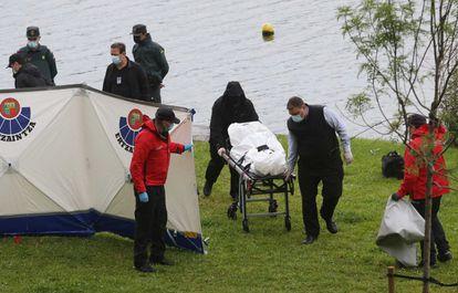 Los servicios de emergencia y la Ertzaintza trasladan el cuerpo del migrante fallecido