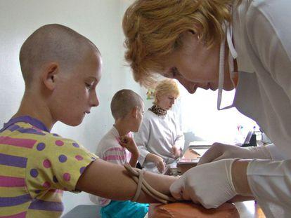 Niños se someten a una prueba de detección de sida en Ucrania.