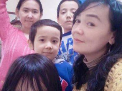 La mujer de Ablimit, Horiyet Abdulla, junto a sus cuatro hijos en una imagen sin fecha.