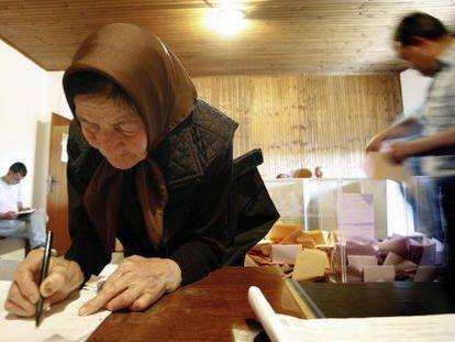 Una mujer vota en un colegio electoral de Rozanstvo (Serbia).