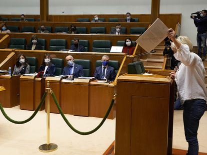 La parlamentaria de EH Bildu Rebeka Ubera interviene esta semana en un pleno del Parlamento vasco.