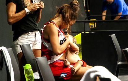 Antonella González, jugadora del Club Tomás de Rocamora, de la Primera División de Argentina, amamantando a su hija Madi, de 11 meses.