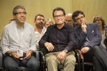 Francesc Homs, Artur Mas y Carles Puigdemont, tres de los exaltados cargos condenados por el Tribunal de Cuentas, durante las primarias de los CDC en 2016.