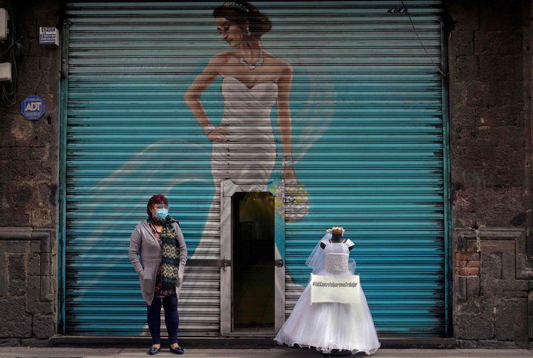Una vendedora de vestidos para novias y quince años protesta en las calles del centro de la Ciudad de México.