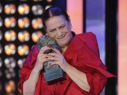 Terele Pávez, con el Goya que ganó por 'Las brujas de Zugarramurdi' en 2014.