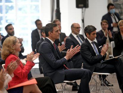 Pedro Sánchez, en el centro de la imagen, junto con la vicepresidenta y ministra de Asuntos Económicos y Transformación Digital, Nadia Calviño, y el presidente de Telefónica, José María Álvarez-Pallete.