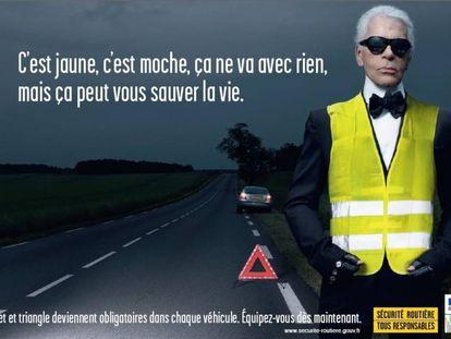 """Campaña francesa por la seguridad vial, protagonizada por el diseñador Karl Lagerfeld (2008. El cartel reza: """"Es amarillo, es feo y no pega con nada. Pero le puede salvar la vida""""."""