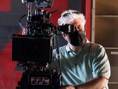 Pedro Almodóvar durante el rodaje de 'La voz humana'.