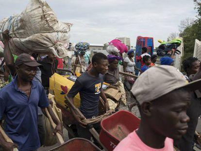 Personas cruzan desde Ouanaminthe, Haití, hacia el Mercado Fronterizo en Dajabón, República Dominicana.