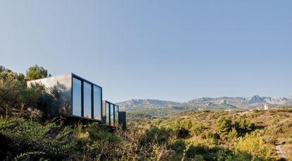 Vivood está formado por 35 suites y villas independientes dispersas, integradas en la montaña, diseñadas como miradores y ocultas entre los árboles.
