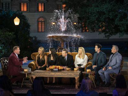 Los protagonistas de 'Friends', reunidos junto al presentador británico James Corden, a la izquierda.