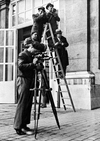 Un grupo de fotógrafos trabaja encaramado a una escalera en el Palacio Nacional, durante las crisis ministeriales del gobierno de Portela Valladares. Madrid, 9 de diciembre de 1935.
