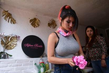 Patricia Gálvez trabaja como becaria en una floristería en Ciudad de México.