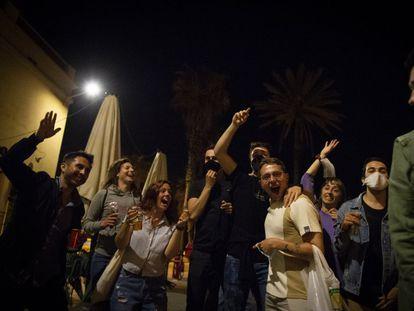Celebración del final del toque de queda el sábado en Barcelona.