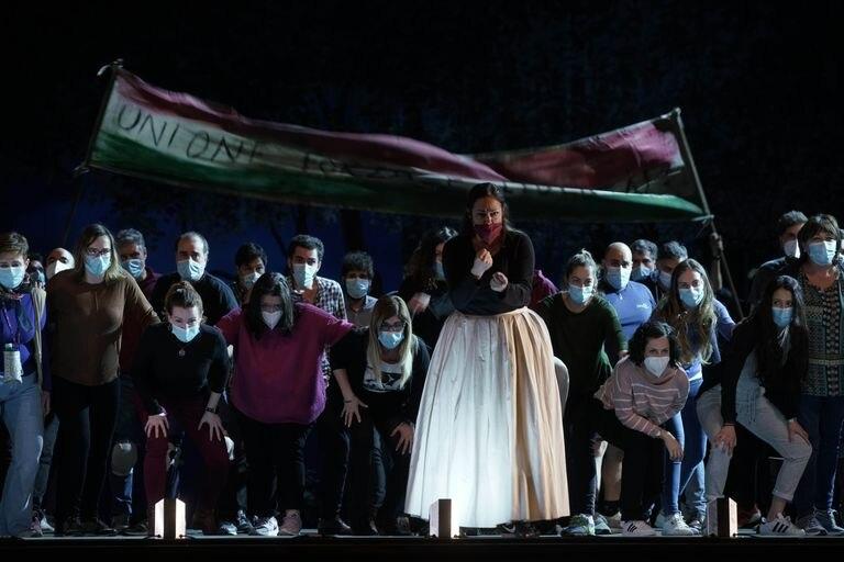 La soprano Yolanda Auyanet, en primer término, en un ensayo de 'Norma' en el Teatro Real.