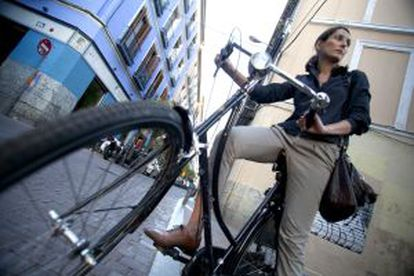 'Cycle chic'. Gala San Miguel, diseñadora gráfica de 36 años, pedalea de punta en blanco.