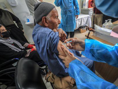 Un palestino es vacunado contra la covid, el miércoles en Gaza.