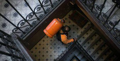 Un repartidor de bombonas de butano, en Barcelona.
