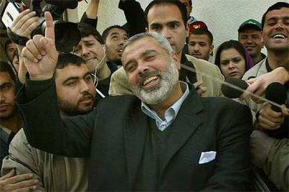 El <i>número uno</i> de la lista electoral nacional de Hamás, Ismail Hania, saluda a sus partidarios ayer en Gaza.