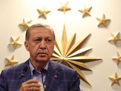 El presiden turco, Erdogan, comparece ante la prensa en su residencia de Estambul, tras conocerse los resultados electorales.