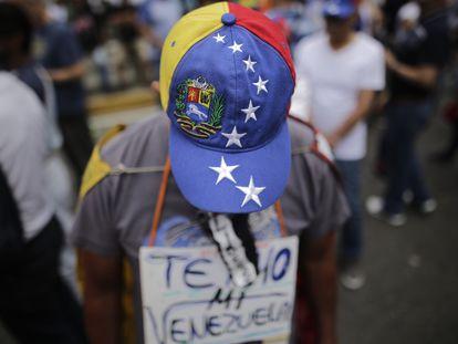 Un manifestante en una protesta contra el Gobierno de Nicolás Maduro, el pasado 10 de marzo en Caracas.
