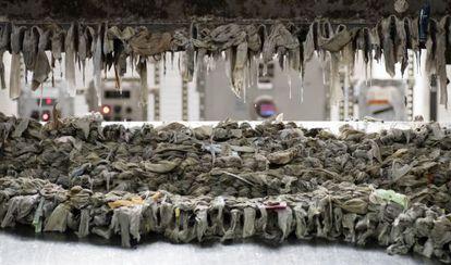 Rastrillo mecánico de una planta de tratamiento de Nueva York llena de restos de toallitas humedas.