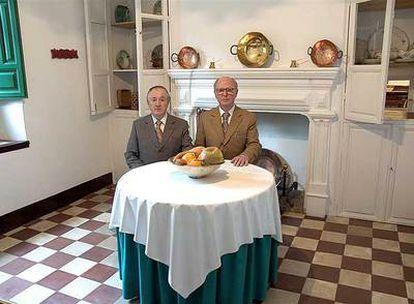 Los artistas británicos Gilbert & George, en la cocina de la casa de la familia de Federico García Lorca.