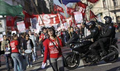 Sindicatos opositores iniciaron el miércoles una huelga de 36 horas.