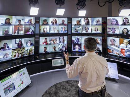 Un profesor de IESE Business imparte una clase virtual.