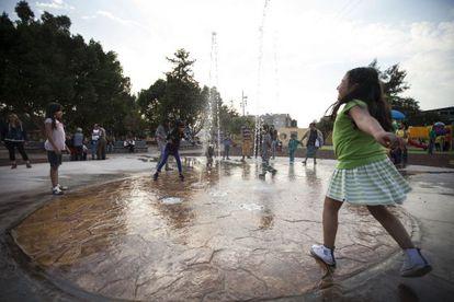 Un grupo de niños juega en la fuente central del Centro Deportivo Cuauhtémoc.