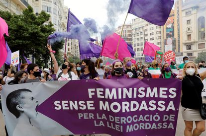 Cientos de manifestantes han secundado este sábado en València una marcha por la derogación de la conocida como 'ley mordaza', en defensa del territorio, contra el fascismo y en defensa del derecho a la vivienda.