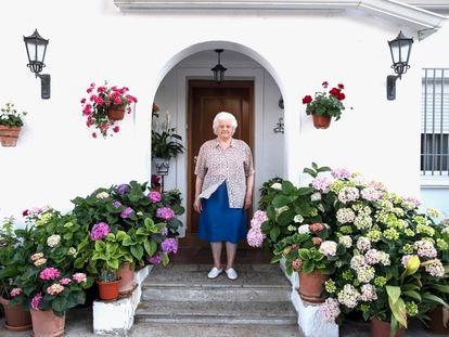 Juana Falcón, de 86 años, en la puerta de su casa en la colonia Campamento.