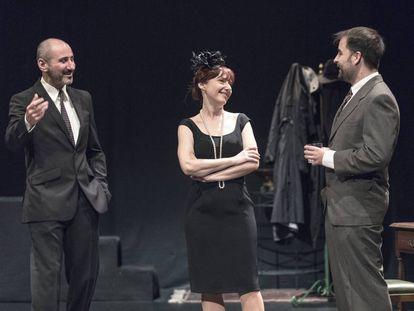 Los actores protagonistas de 'Un crimen perfecto', en la Sala Russafa durante el ensayo general.
