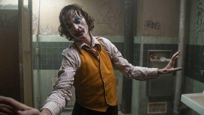 """Joaquin Phoenix, en una escena de 'Joker'. En vídeo, los cines estadounidenses en """"alerta máxima""""."""