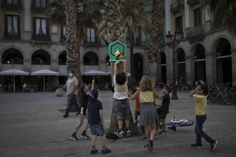 Actividades infantiles organizadas por los vecinos, el jueves en el Barrio Gótico de Barcelona.