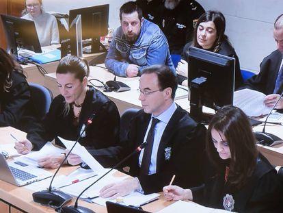 José Enrique Abuín, atrás, y en primera fila, de izquierda a derecha, su abogada, los letrados de la defensa y la fiscal, hoy martes en el juicio.