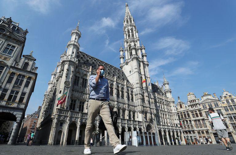 Un hombre camina por la Grand Place de Bruselas, el pasado miércoles.