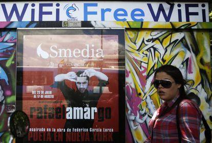 Una mujer pasa ante un quiosco asociado a la red de Gowex, en Madrid.