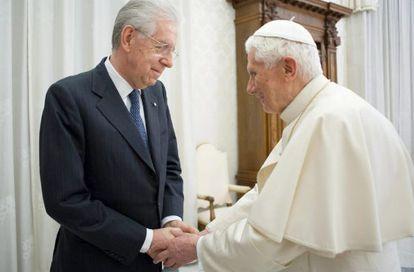 Benedicto XVI recibe al primer ministro italiano, Mario Monti, en la audiencia privada que mantuvieron el sábado en El Vaticano.