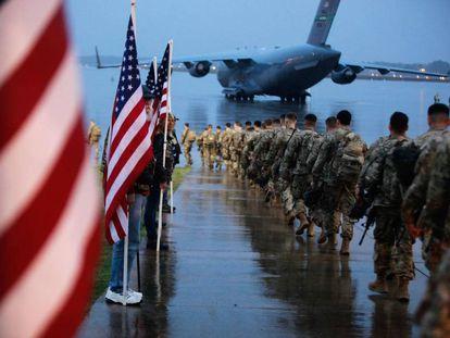Soldados estadounidenses embarcan en un avión en Fort Bragg (Carolina del Norte).